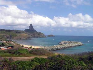 Baía de Santo Antonio avec le port et la plage Praia do Porto, Fernando de Noronha, Brésil. Author and Copyright Marco Ramerini