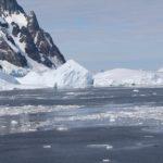 Le côté sud du canal est souvent bloqué par les grands icebergs, Lemaire Channel, Antarctique. Auteur et Copyright Marco Ramerini.