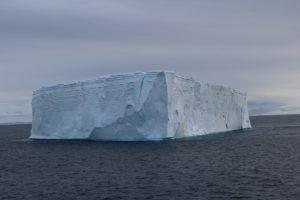 Iceberg tabulaire, Baie de l'Espoir (Hope Bay / Bahía Esperanza),Détroit Antarctic (Antarctic Sound), Antarctique. Auteur et Copyright Marco Ramerini