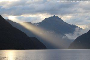 Lever du soleil sur Doubtful Sound, Nouvelle-Zélande. Auteur et Copyright Marco Ramerini