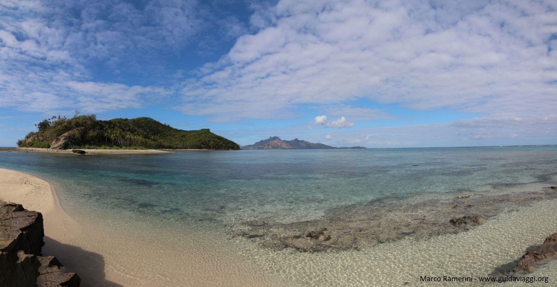 Vue d'ensemble de la lagune de Narara vue de Naukacuvu, îles Yasawa, Fidji. Auteur et Copyright Marco Ramerini