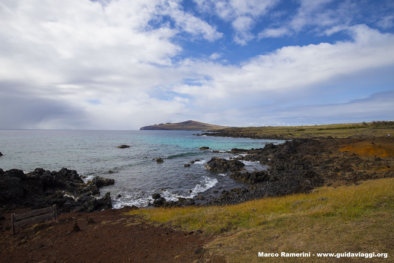 La côte nord de l'île vue d'Ovahe, Île de Pâques, Chili. Auteur et Copyright Marco Ramerini