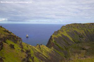 Motu Kao Kao et le volcan Rano Kau, Île de Pâques, Chili. Auteur et Copyright Marco Ramerini