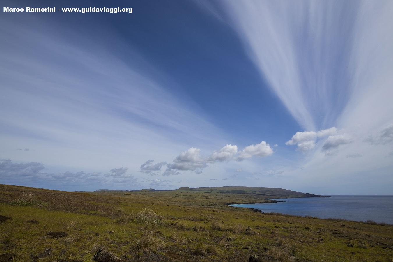 Panorama de l'île, vu du volcan Poike. A l'arrière-plan est le volcan Terevaka, le plus haut sommet de l'île.., Île de Pâques, Chili. Auteur et Copyright Marco Ramerini