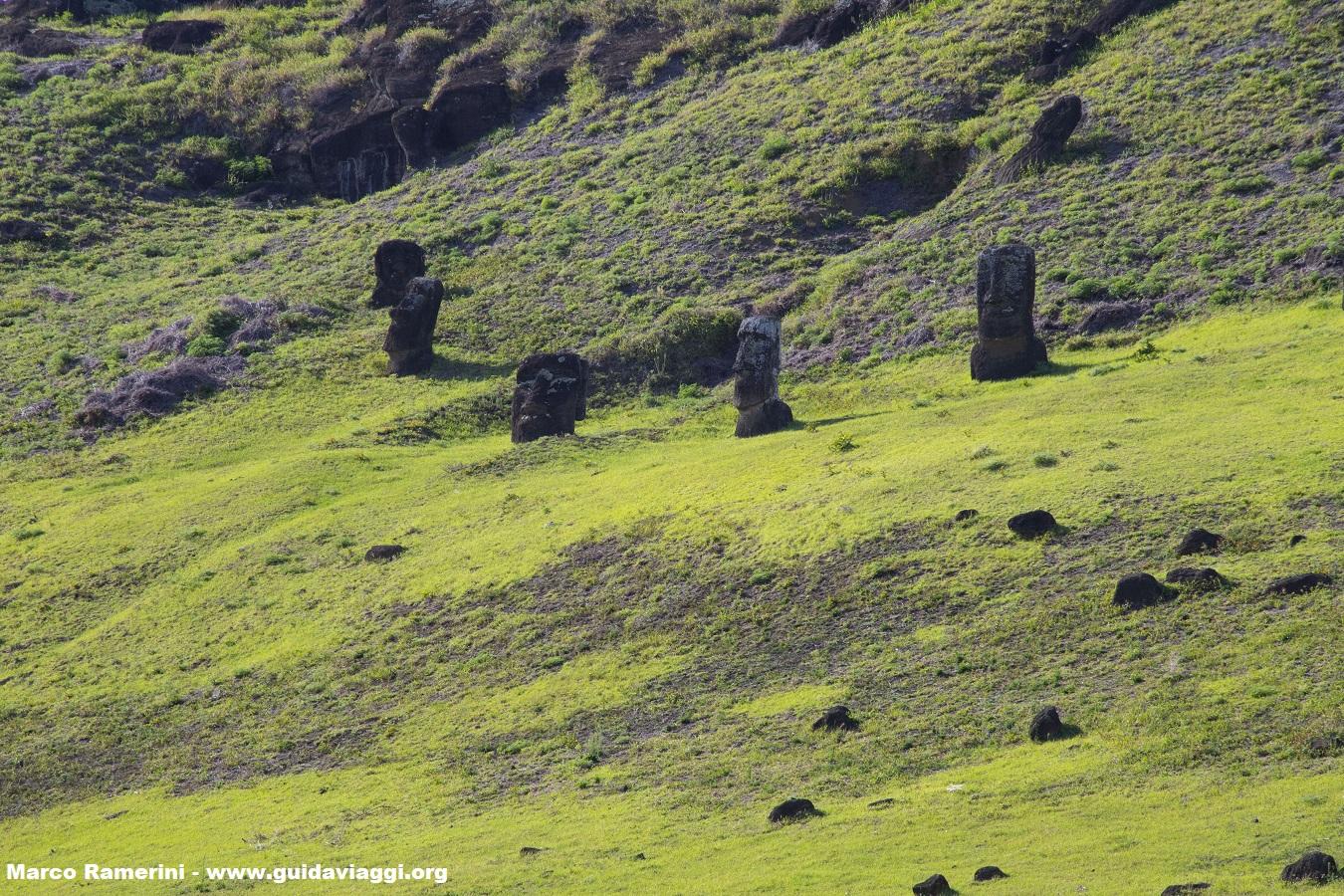 Le cratère du Rano Raraku, Île de Pâques, Chili. Auteur et Copyright Marco Ramerini