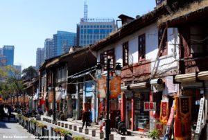Encore des coins du vieux Kunming coexistent aux côtés des quartiers modernes, Kunming, Yunnan, Chine. Auteur et Copyright Marco Ramerini