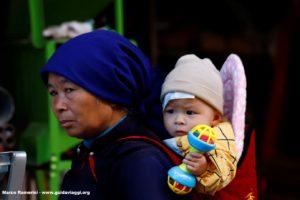 Femme avec enfant, Shengcun, Yuanyang, Yunnan, Chine. Auteur et Copyright Marco Ramerini
