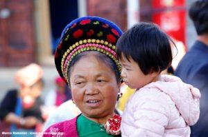 Femme avec enfant, Zhoucheng, Yunnan, Chine. Auteur et Copyright Marco Ramerini