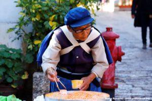 Femme en costume traditionnel, Lijang, Yunnan, Chine. Auteur et Copyright Marco Ramerini