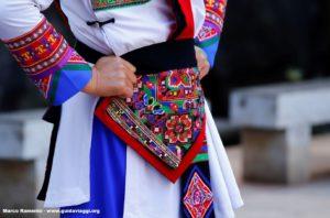 Détail d'une robe, Shilin, Yunnan, Chine. Auteur et Copyright Marco Ramerini