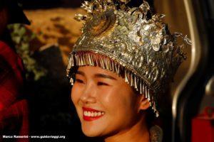 Fille avec costume traditionnel, Baisha, Lijang, Yunnan, Chine. Auteur et Copyright Marco Ramerini
