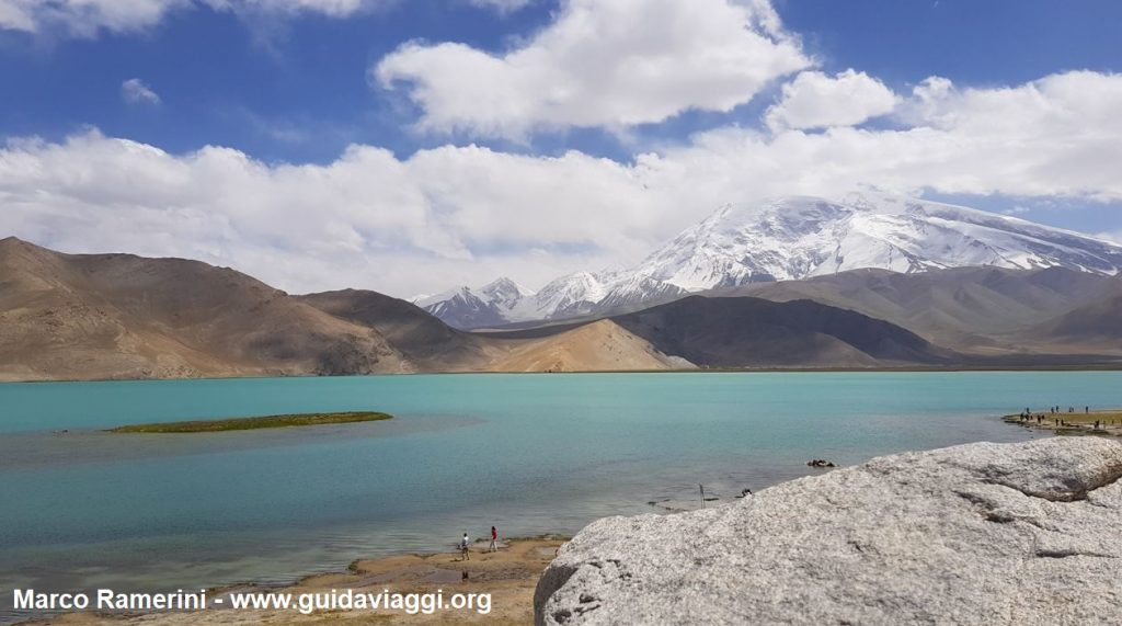 Le Mont Muztagh Ata et lac Karakul, Xinjiang, Chine. Auteur et Copyright Marco Ramerini
