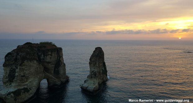 Coucher de soleil sur les rochers du pigeon, Beyrouth, Liban. Auteur et Copyright Marco Ramerini